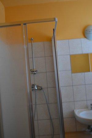 Pension Madara 2 - Hotel in Hernals : Душевая кабинка