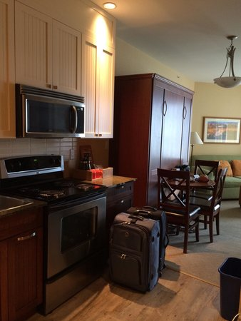 Summerland Waterfront Resort & Spa : Kitchen and living room
