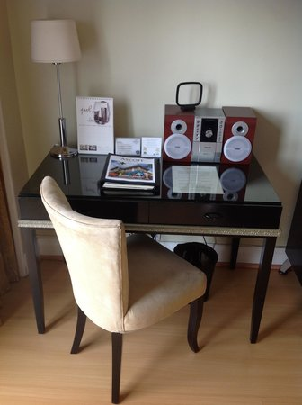 Somerset Millennium Makati: 作業できる机は使いやすいです