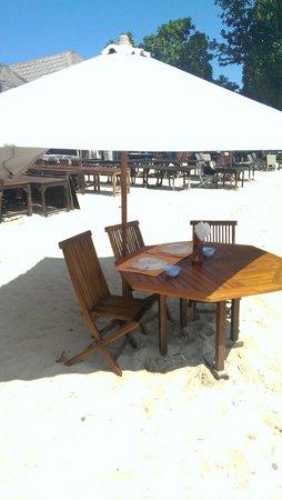 Pandan Sari Cafe : Столики прям на песке.