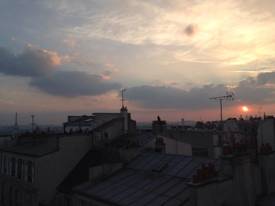 Comfort Hotel Place du Tertre: Sunset from my room