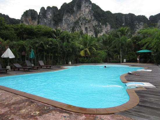 Green View Village Resort: swimming pool with cliff view