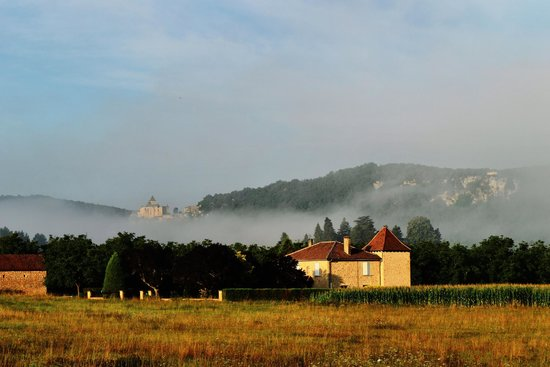 Hôtel L'Oustal de Vézac: Misty Chateau Castelnuad
