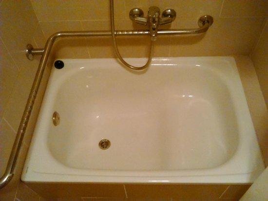 Caleta Garden: Slippery stepped bath