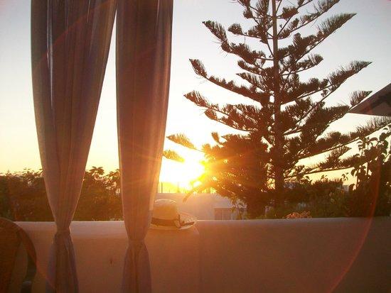 Maroussa Studios: coucher de soleil de notre terrasse