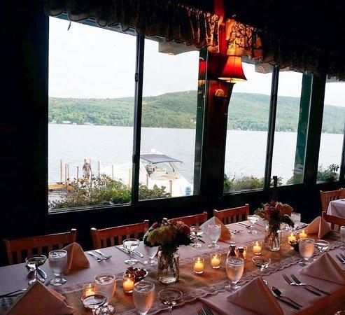 Boathouse Restaurant: Inside the restaurant / reception area