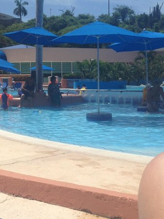 Azul Ixtapa Beach Resort & Convention Center: Señora con falda y blusa en la alberca