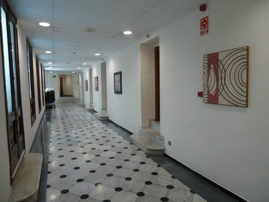 Oriente Atiram: corredor de acessoao quarto do hotel