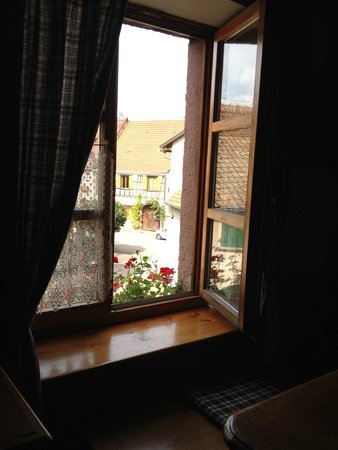 Le Gambrinus : View out into the dtreet