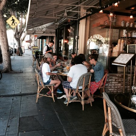 Figaro Bistrot : Eating at the sidewalk and make new friends!