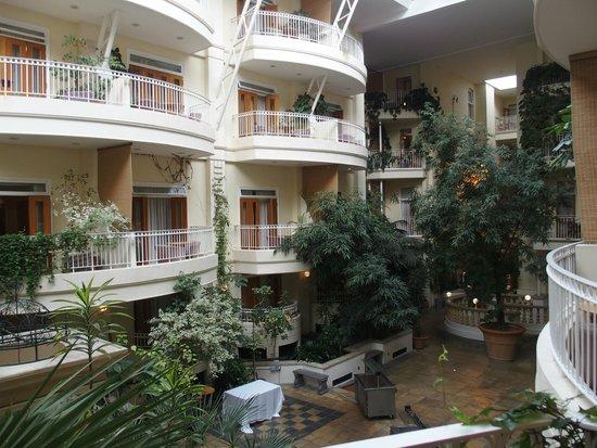 Sefton Hotel: Atrium