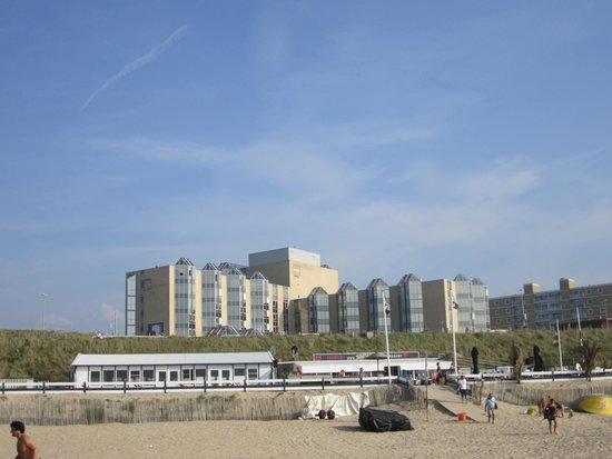 NH Zandvoort: het hotel van af de boulevard genomen