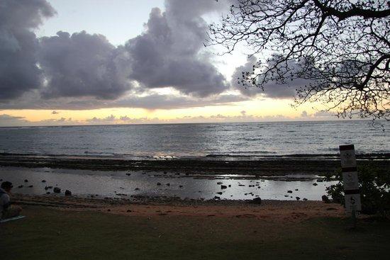 Kapaa Shores: Sunirse from the beach at Kapa'a Shores