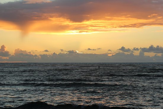 Kapaa Shores: A typical sunrise from the beach at Kapa'a Shores