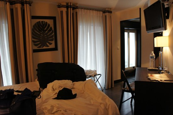Hotel Arc Elysees: cramped room