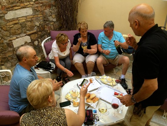 Hotel Bramante: Wine and cheese on the patio