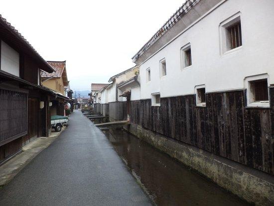 Shirakabe Dozogun Akagawara : Vista de la calle.