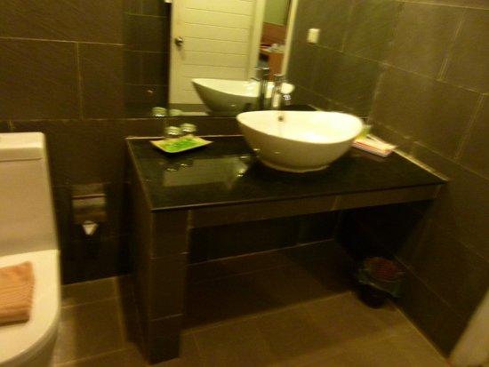 Asia Tune Hotel: Baño, grande sin mampara en la ducha