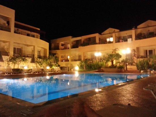 Helios Apartments: бассейн