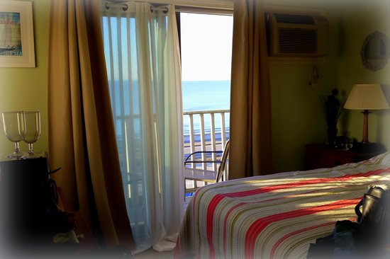 "Jonathan's Hotel ""On the Oceanfront"": cozy room with a view"