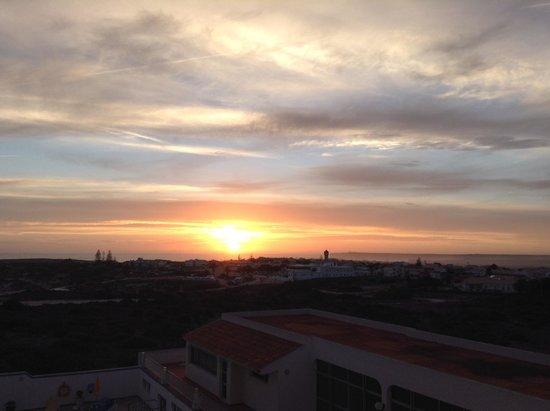 Aparthotel Navigator: Puesta de sol sobre el faro y la fortaleza de Sagres vista desde la terraza de la habitación