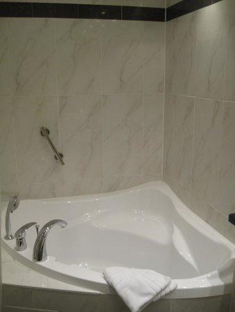 Best Western Hotel Zur Post: nice bath tub ... but awkward to take a shower in