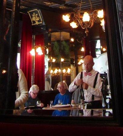 L'Escargot Montorgueil: Refection in mirror
