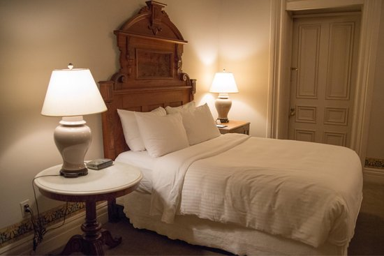 Morrison-Clark Historic Inn & Restaurant: Queen bed with door to balcony