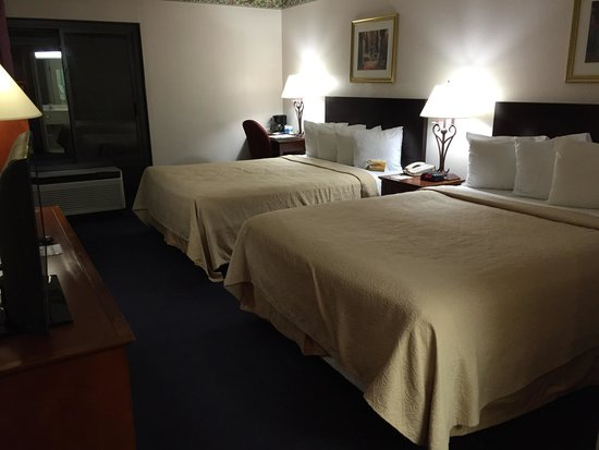 Quality Inn & Suites Biltmore South: 2 queen room