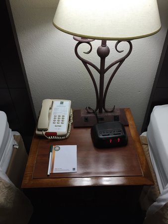 Quality Inn & Suites Biltmore South: Nightstand