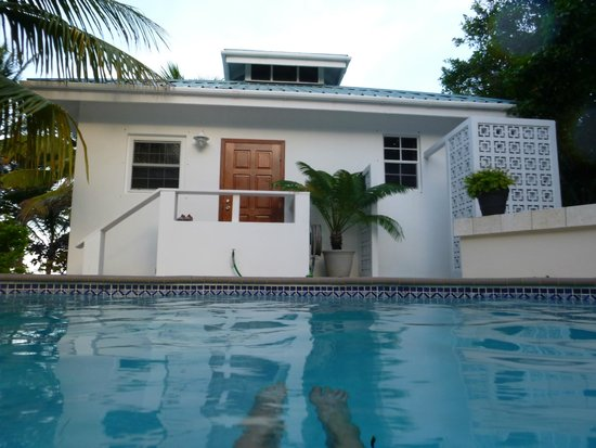 Cocotal Inn & Cabanas: Relaxing in the pool
