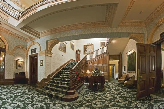 Tre-Ysgawen Hall, Country House Hotel and Spa : Grand Staircase
