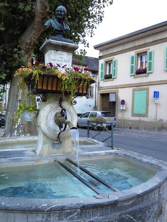 L'Hotel de France: The same fountain, photographed while standing in the square
