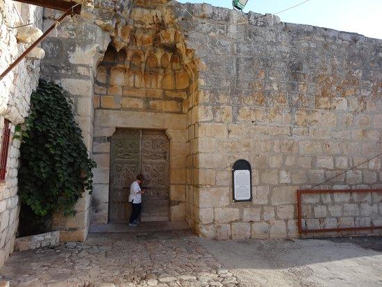 Ruth Rimonim: הכניסה ל'מסגד האדום' שנבנה ב 1276 -- מרחק דקה הליכה מהמלון