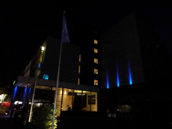 Holiday Inn Express Hamburg City Centre: hotel external at night