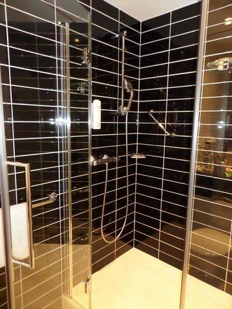 Holiday Inn Express Hamburg City Centre: ensuite shower