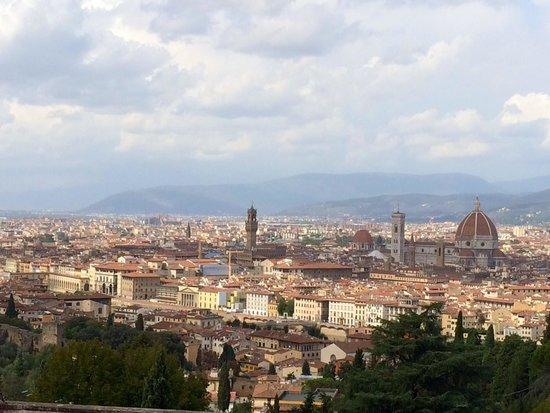 Basilica San Miniato al Monte: Vista hacia la ciudad de Florencia desde la Basílica