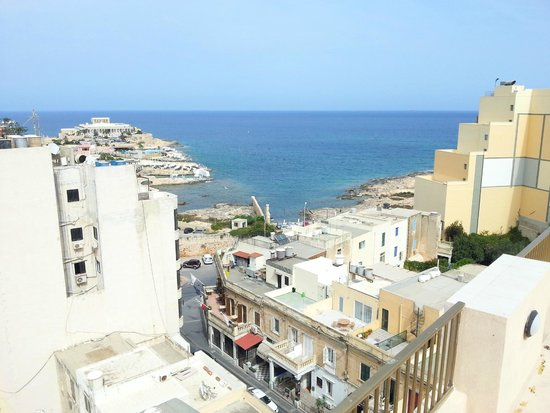 Alexandra Hotel Malta: View from the roof top pool to the sea.