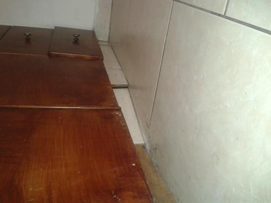 Panareti Paphos Resort: kitchen cupboards and tiles