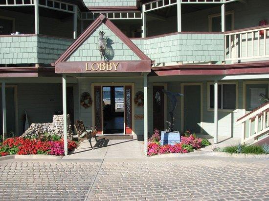 Cayucos Shoreline Inn...on the beach : The nicely decorated entrance to the lobby.
