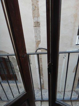 La Torre del Canonigo: ch 3 : vue de la chambre sur le mur d'en face