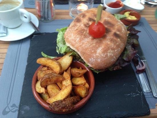 La Brasserie de la Place : great burger, seriously great wedges!