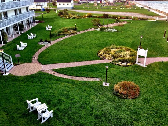 Hotel La Normandie: Perfectly manicured grounds. View from our room at the Normandie Hotel in Perce, Gaspe, Quebec.