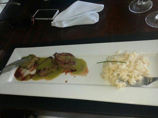 Chef's Delicatessen Bistro: Filé Bovino com molho de frutas vermelhas e risoto de queijo