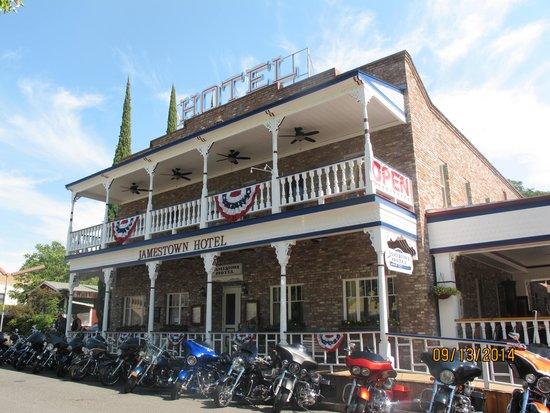 Jamestown Hotel and Restaurant : Free parking