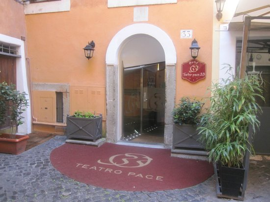 Hotel Teatro Pace: entrance