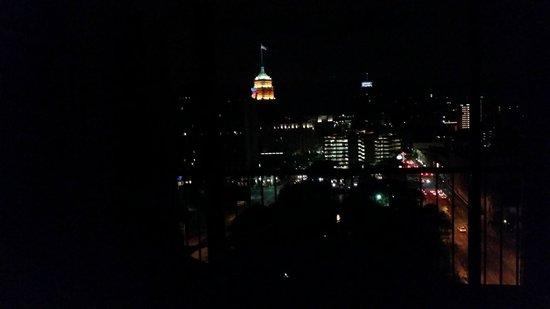 San Antonio Marriott Riverwalk: Night view from balcony of room 1908