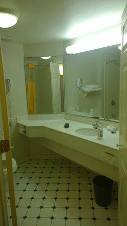 La Quinta Inn & Suites Shreveport Airport: Bathroom Sink/Mirrors