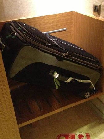 Istanbul Gonen Hotel : Whoops! What happened here guys? The luggage rack is too small.