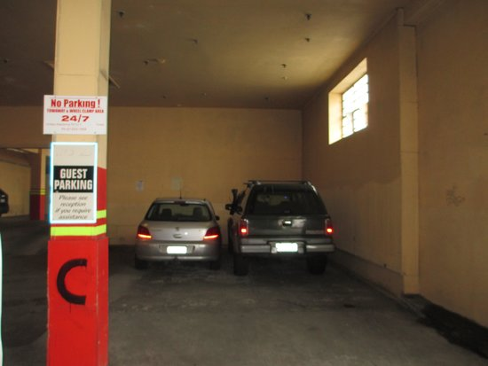 VR Hamilton Hotel: Inside one of the 3 carpark buildings. Cramped.